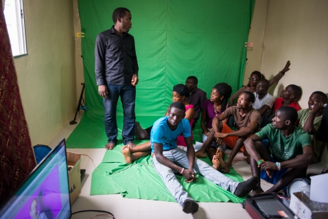 Divine Key Anderson (left) teaches a class about the use of a green screen in film making at the Liberia Film Institute on May 6, 2015. (Photo by Jim Tuttle / Accountability Lab)